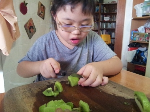 cutting kiwi