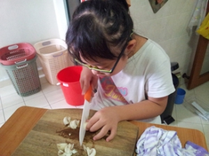 I am cutting mushrooms.
